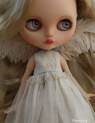 Angel Blythe - Harmonys pink eyes