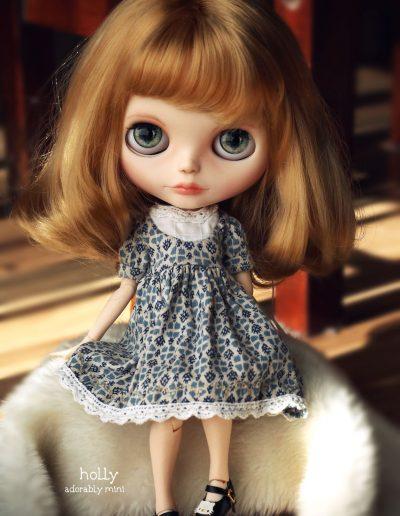 Blythe Doll Holly Sitting