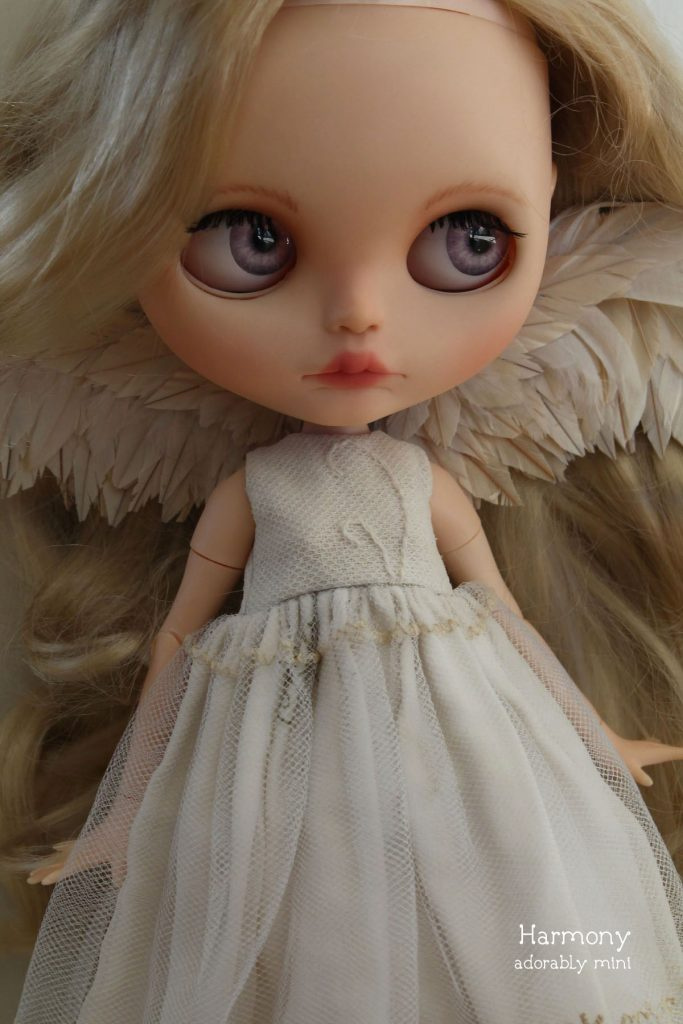 Angel Blythe - Harmonys pink eyes